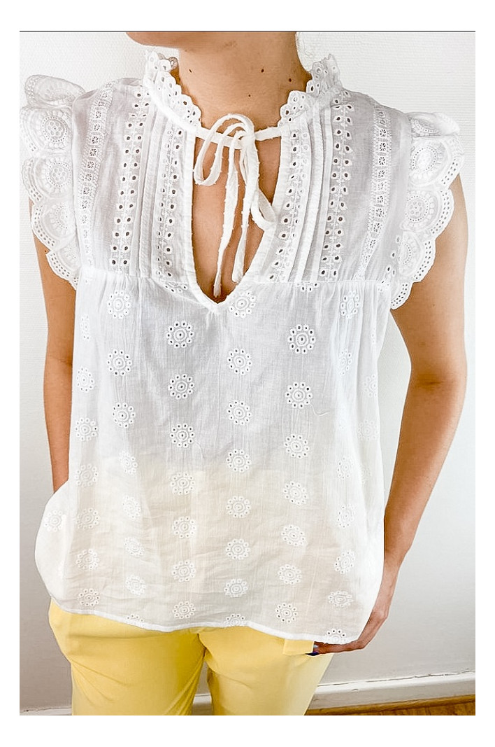 Top en broderie anglaise...